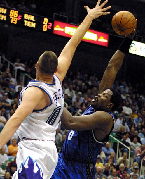 Greg Ostertag (L) of the Utah Jazz tries to block Pictures  8ffb7afc0