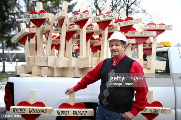 Greg Zanis afuera de su casa en Aurora Illinois con algunas de las cruces que hizo en 2016 para honrar a las víctimas de homicidios en Chicago ese año