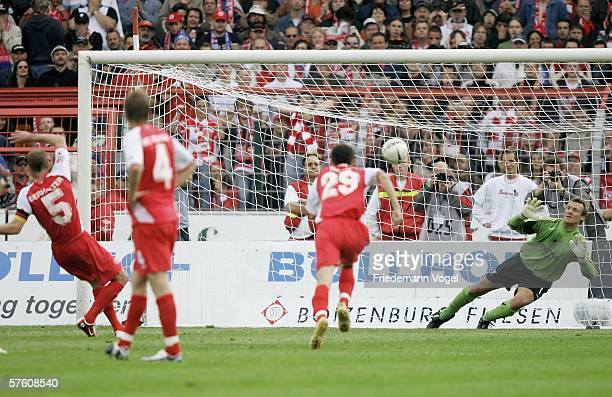 Gregg Berhalter of Cottbus scoring the first goal during the Second Bundesliga match between Energie Cottbus and 1860 Munich at the Stadion der...