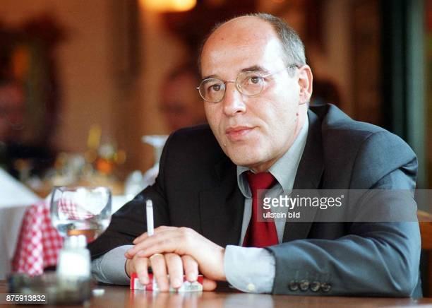 Gregor Gysi Kandidat der PDS für den regierenden Bürgermeister von Berlin mit Zigarette im Cafe ''La Cantinetta'' am Savignyplatz
