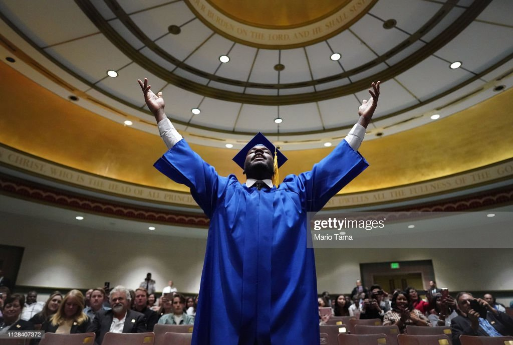 Skid Row's Los Angeles Mission Celebrates 100th Graduating Class : News Photo