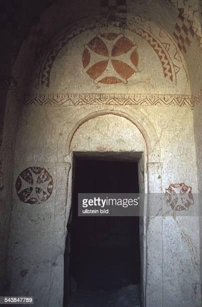 Göreme Kappadokien Eingang zu einer Höhlenkirche aus dem 10 Jh Zur Zeit der Christenverfolgung wurden im Tal von Göreme von Mönchen zahlreiche Höhlen...