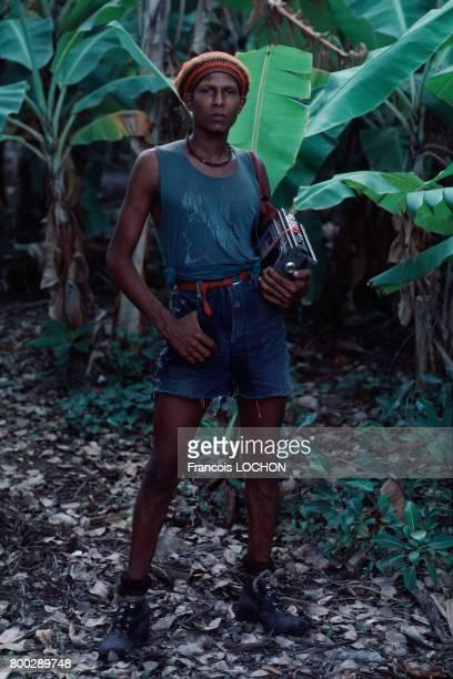 Grenadin portant une radio en novembre 1983 en Grenade