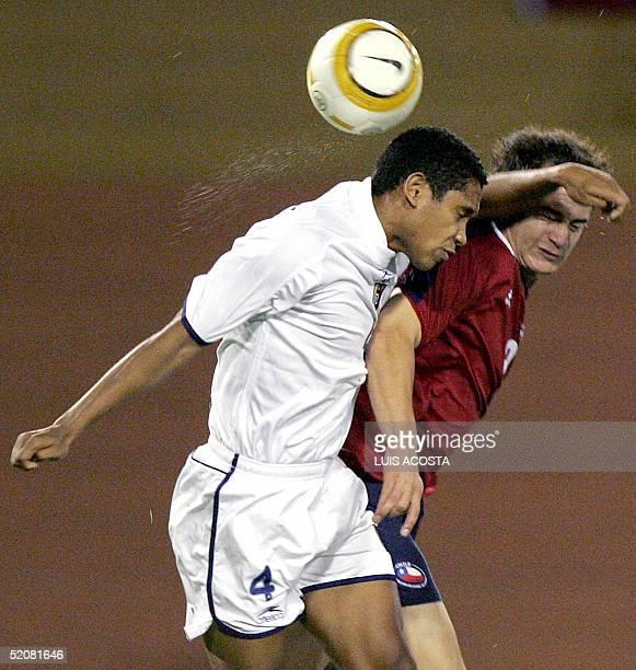 Grendy Perozo de Venezuela disputa el balon con Nicolas Canales de Chile durante el partido de la ronda final del campeonato Sudamericano Sub 20...
