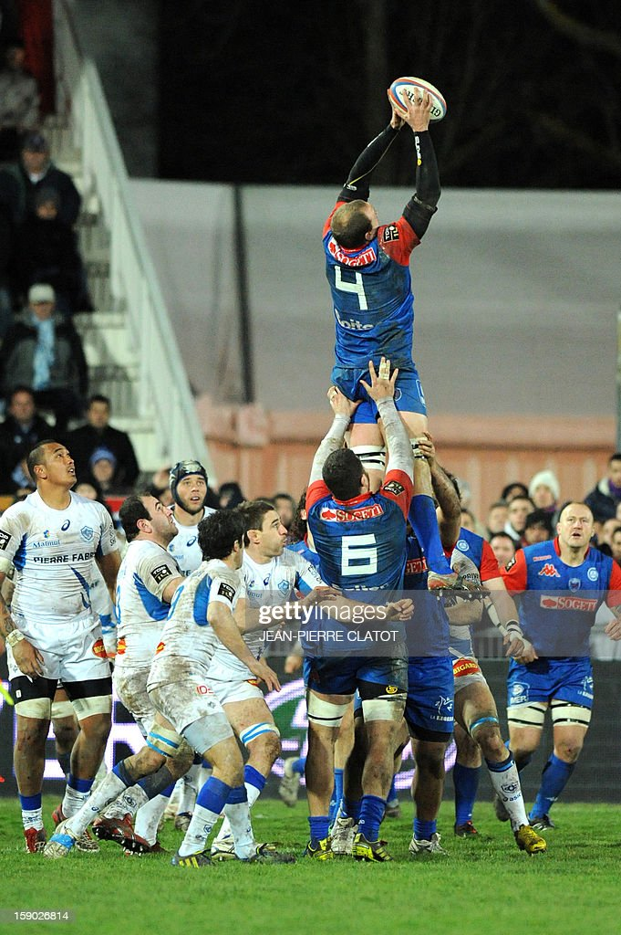 Grenoble's Australian lock Ben Hand grabs the ball in a line out during the French Top 14 rugby union match Grenoble (FCG) vs Castres Olympique (CO) on january 5, 2013 at the Stade Lesdiguières in Grenoble AFP PHOTO / Jean Pierre Clatot