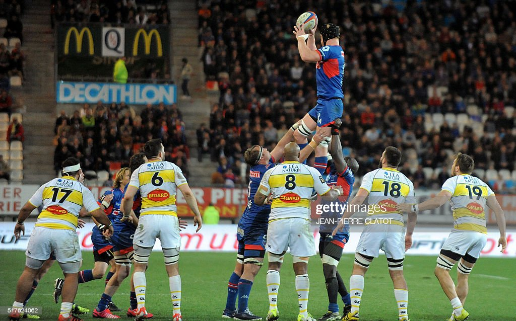 Grenoble's Australian lock Peter Kimlin (C) grabs the ball in a line out during the French Top 14 rugby union match between Grenoble and La Rochelle on march 26, 2016 at the Stade des Alpes in Grenoble.