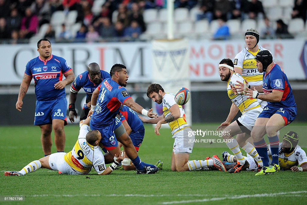 Grenoble's Fidjian winger Tino Nemani passes the ball during the French Top 14 rugby union match Grenoble (FCG) vs La Rochelle (ASR) on March 26, 2016 at the Stade des Alpes in Grenoble.