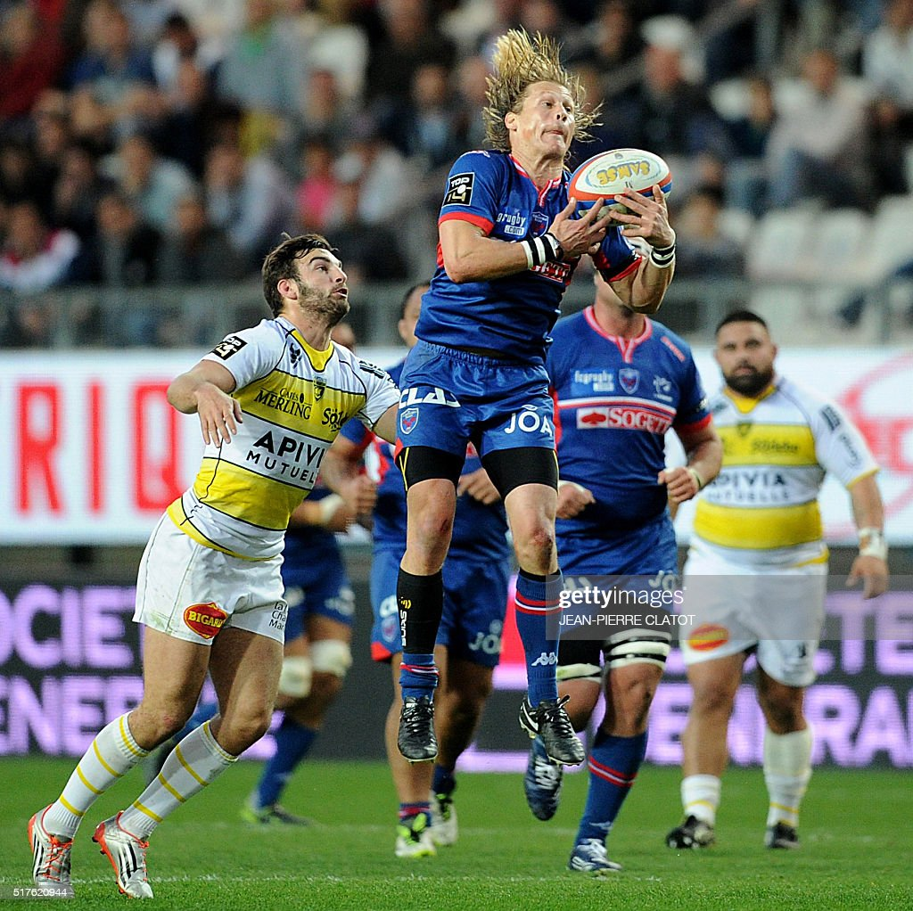 Grenoble's South African scrum-half Charl Mcleod (C) grabs the ball during the French Top 14 rugby union match Grenoble (FCG) vs La Rochelle (ASR) on March 26, 2016 at the Stade-des-Alpes in Grenoble.