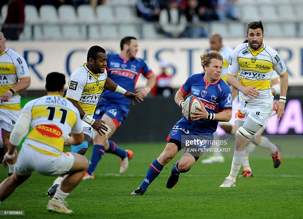 Grenoble's South African scrum-half Charl Mcleod (R) runs with the ball during the French Top 14 rugby union match Grenoble (FCG) vs La Rochelle (ASR) on March 26, 2016 at the Stade-des-Alpes in Grenoble.
