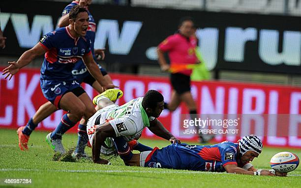Grenoble's South African wing Gio Aplon scores a try during the French Top 14 rugby union match Grenoble vs Pau on September 5 2015 at the Stade des...