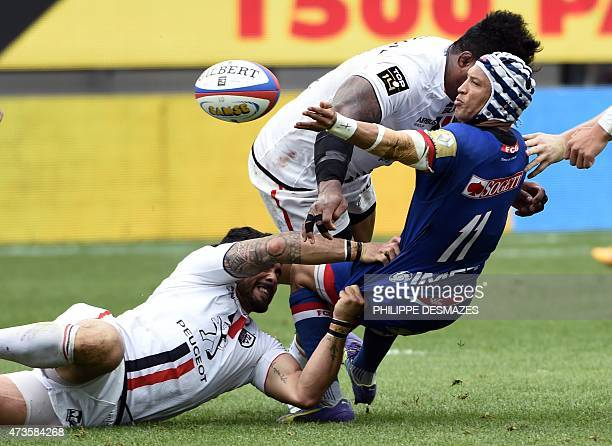 Grenoble's South African winger Gio Aplon vies with Toulouse's Samoan lock Isofe Tekori and Toulouse's French winger Yoann Huget during the French...