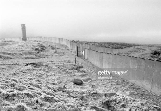 Grenzmauer Durchlaßtor und Beobachtungsturm in der Landschaft am Brocken aufgenommen im Januar 1990 Der Brocken im Harz war bis zur deutschen Einheit...