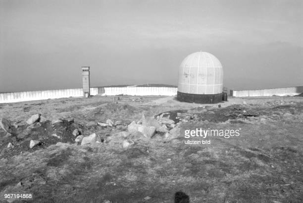 Grenzmauer Postenturm und eine Radarkuppel ein sogenanntes Radom auf dem Brocken aufgenommen imMärz 1990 Der Brocken im Harz war bis zur deutschen...