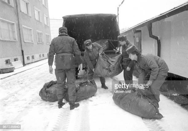 Grenzsoldaten einer NVAGrenzkompanie bei Schierke am Brocken im Harz kommen mit Gepäck in die Kaserne aufgenommen am 17 Januar 1990 Der Brocken im...