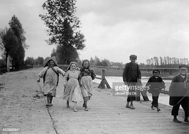 Grenzstation an der deutschrussischen Grenze Arme russische Kinder gehen zum Betteln über die Grenze nach Deutschland undatiert vermutlich um...