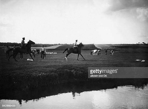 Grenzstation an der deutschrussischen Grenze Kosaken führen ihre Pferde zum Fluss um sie zu baden undatiert vermutlich um 1910Foto Conrad HünichFoto...