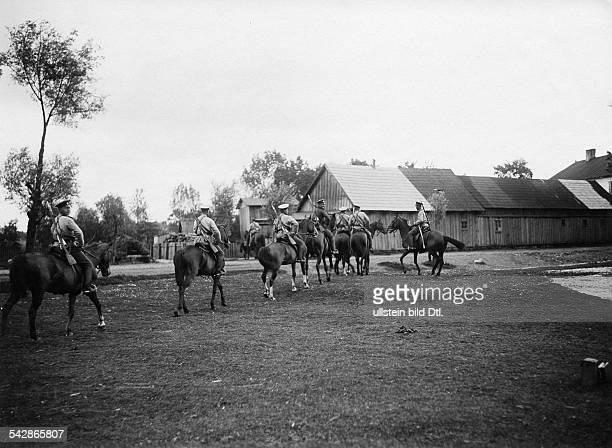 Grenzstation an der deutschrussischen Grenze Kosaken reiten durch ein Dorf undatiert vermutlich um 1910Foto Conrad HünichFoto ist Teil einer Serie