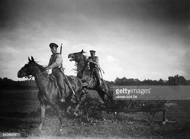 Grenzstation an der deutschrussischen Grenze Kosaken springen mit dem Pferd über eine Hürde undatiert vermutlich um 1910Foto Conrad HünichFoto ist...