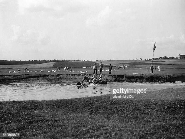 Grenzstation an der deutsch-russischen Grenze : Nackte Kosaken baden ihre Pferde im Fluss.- undatiert, vermutlich um 1910Foto: Conrad HünichFoto ist...