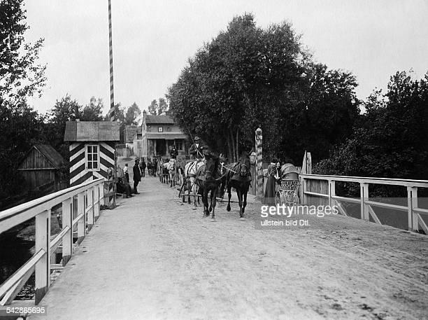Grenzstation an der deutschrussischen Grenze Pferdefuhrwerk fährt über die Grenzbrücke undatiert vermutlich um 1910Foto Conrad HünichFoto ist Teil...