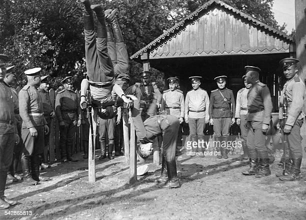 Grenzstation an der deutschrussischen Grenze Russ Kosaken bei der Körperertüchtigung am Barren undatiert vermutlich um 1910Foto Conrad HünichFoto ist...