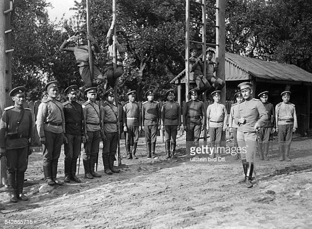 Grenzstation an der deutschrussischen Grenze Russ Kosaken bei der Körperertüchtigung undatiert vermutlich um 1910Foto Conrad HünichFoto ist Teil...