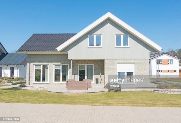 Grau privaten Haus mit Blick auf den Garten