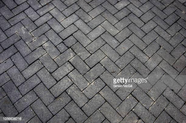 grey rectangular paving stones in a herringbone pattern - herringbone - fotografias e filmes do acervo