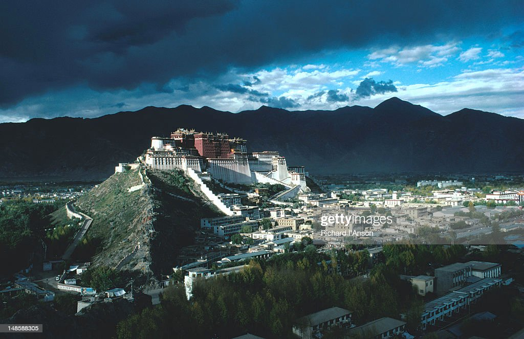 Grey sky looms over Potala Palace on Marpo Ri (Red Hill). : Foto de stock