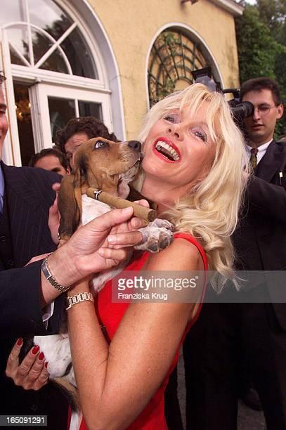 Gräfin Gunilla Von Bismarck Ein Hund Bei Vorstellung Der Neuen Bismarck Zigarre