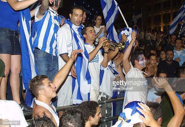 Griechische Fans mit den Farben der griechischen Flagge im Gesicht, Jubel-Feier nach dem Gewinn der Fußball- Europameisterschaft 2004 der...