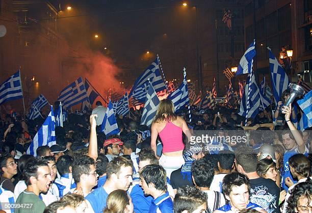 Griechische Fans mit der griechischen Flagge, Jubel-Feier nach dem Gewinn der Fußball-Europameisterschaft 2004 der griechischen F u ß b a l l n a t i...