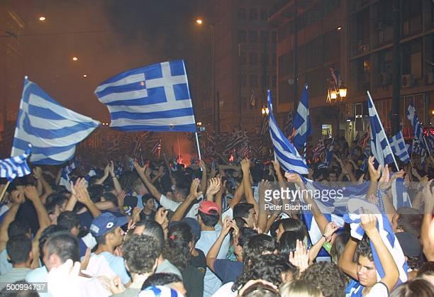 Griechische Fans mit der griechischen Flagge JubelFeier nach dem Gewinn der FußballEuropameisterschaft 2004 der griechischen F u ß b a l l n a t i o...