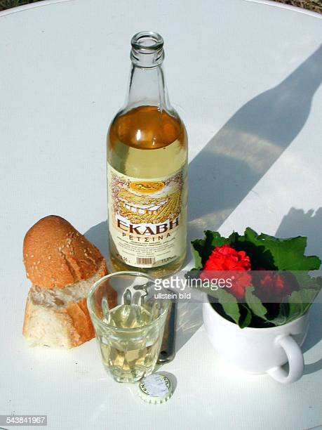 Flasche Retsina Wein und Weißbrot Aufgenommen um 200000