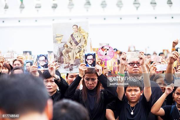 キグ・プミポルへの悲しみと哀悼の意 - ラーマ9世 ストックフォトと画像