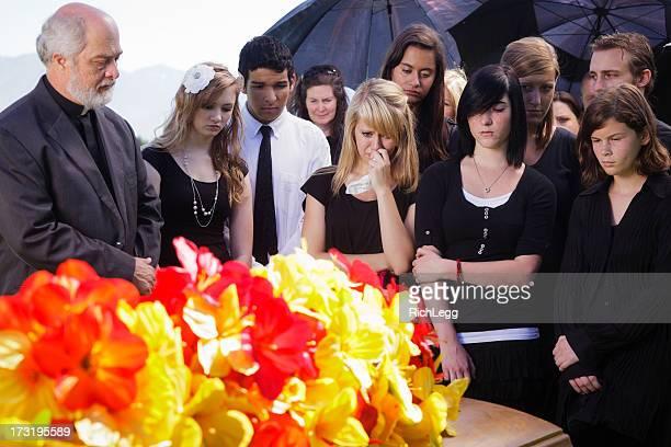 grieving adolescentes - funeral imagens e fotografias de stock