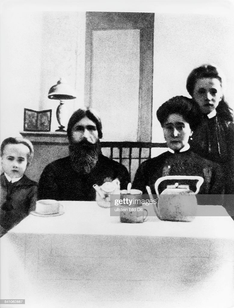 Grigori Rasputin *22.01.1869-30.12.1916+monk, faith healer, Russia - with Tsarina Alexandra Romanov and her son Alexei at the Alexander Palace in St. Petersburg, Russia, 1916. : News Photo