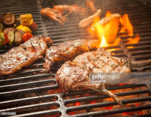 grill rack lamb australia medium rare steak on grill plate and vegetable grill - côtelette photos et images de collection