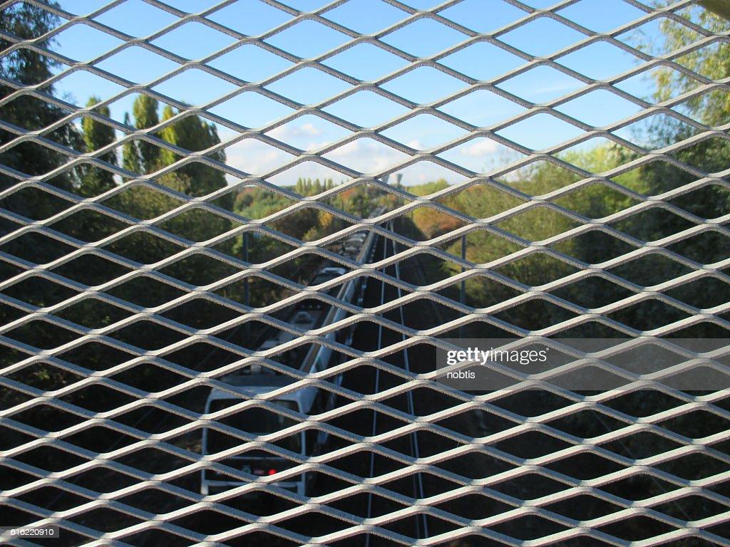 Grille métallique - Voie ferrée : Stockfoto