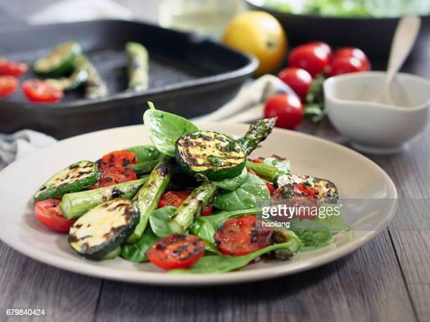 asperges grillées, courgette et salade de tomates cerises