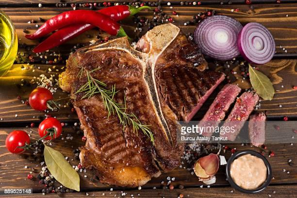 grilled beef steak - bistecca alla fiorentina foto e immagini stock