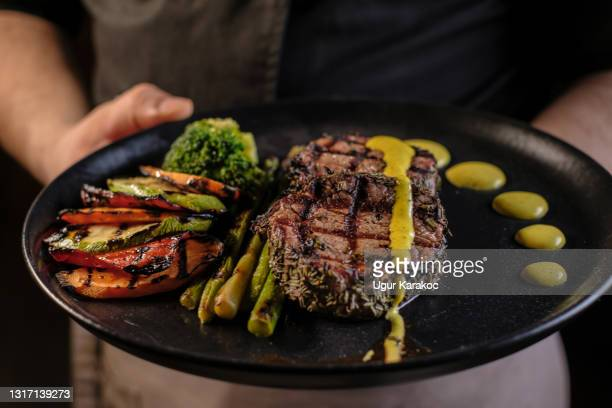 牛肉のグリルステーキ、アスパラガスと野菜 - ステーキハウス ストックフォトと画像