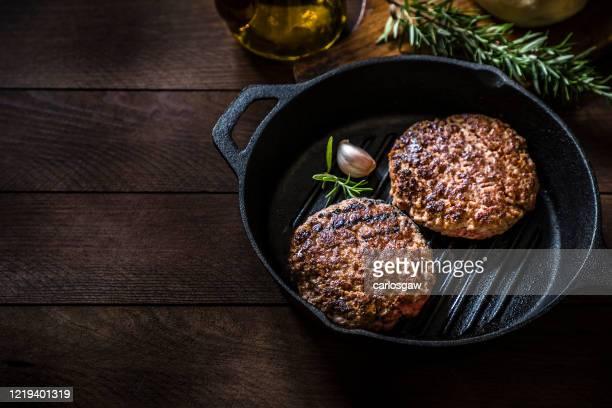 burger grillé - côtelette photos et images de collection