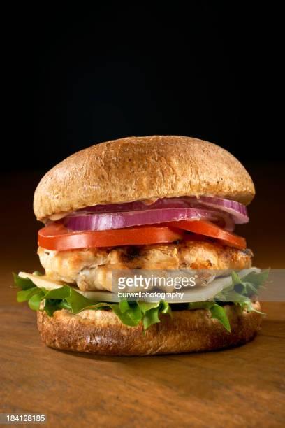 Pechuga de pollo a la parrilla con un sándwich con la empresa