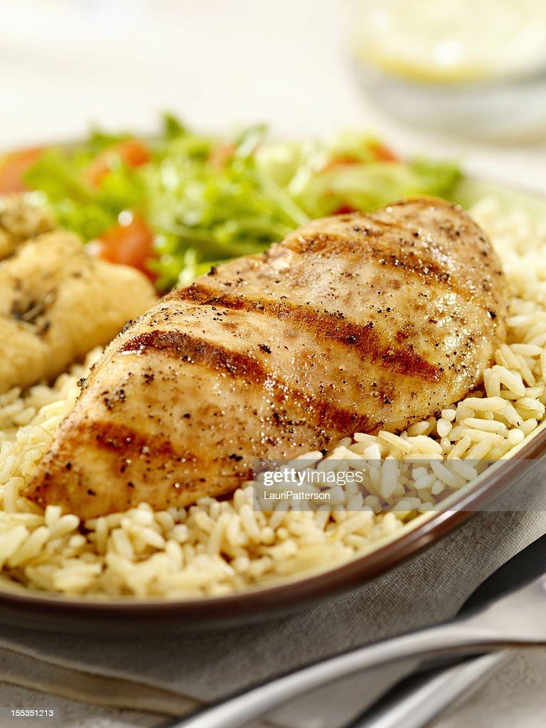 Pechuga de pollo a la parrilla con arroz integral : Foto de stock