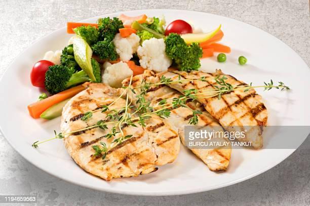 grilled chicken breast with steamed vegetables - poulet grillé photos et images de collection