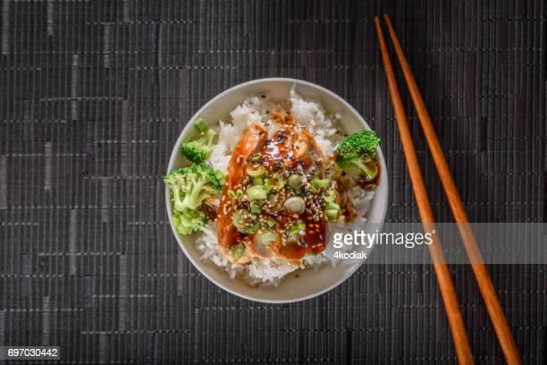 照り焼き蒸しご飯の上に鶏胸肉のグリル - おかず系 ストックフォトと画像