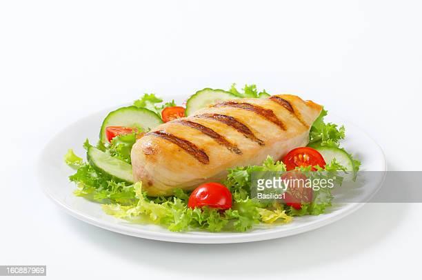Escalope de poulet grillée avec légumes en garniture