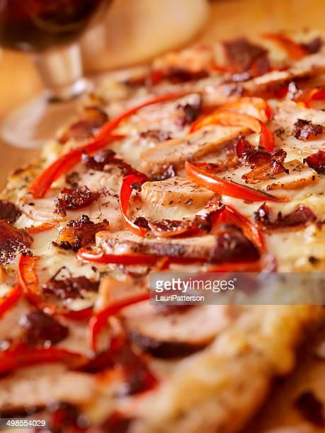 グリルチキンのカルボナーラフラットブレッドのピザ