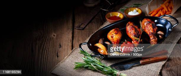 grilled chicken legs in barbecue marinade with sweet potatoes - repas servi photos et images de collection